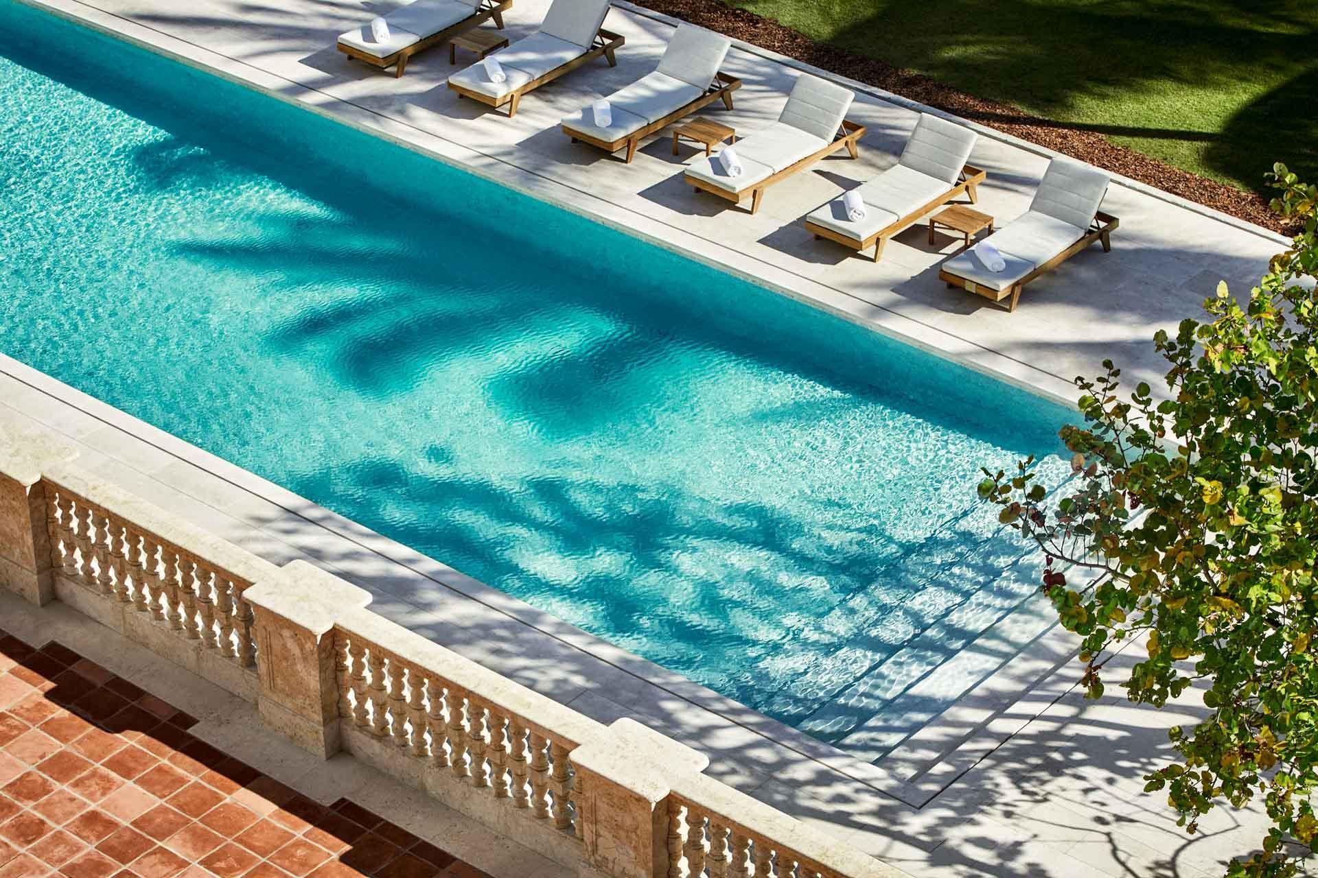 Lieu de villégiature chic, le Four Seasons Hotel at The Surf Club compte pas moins de 3 piscines...