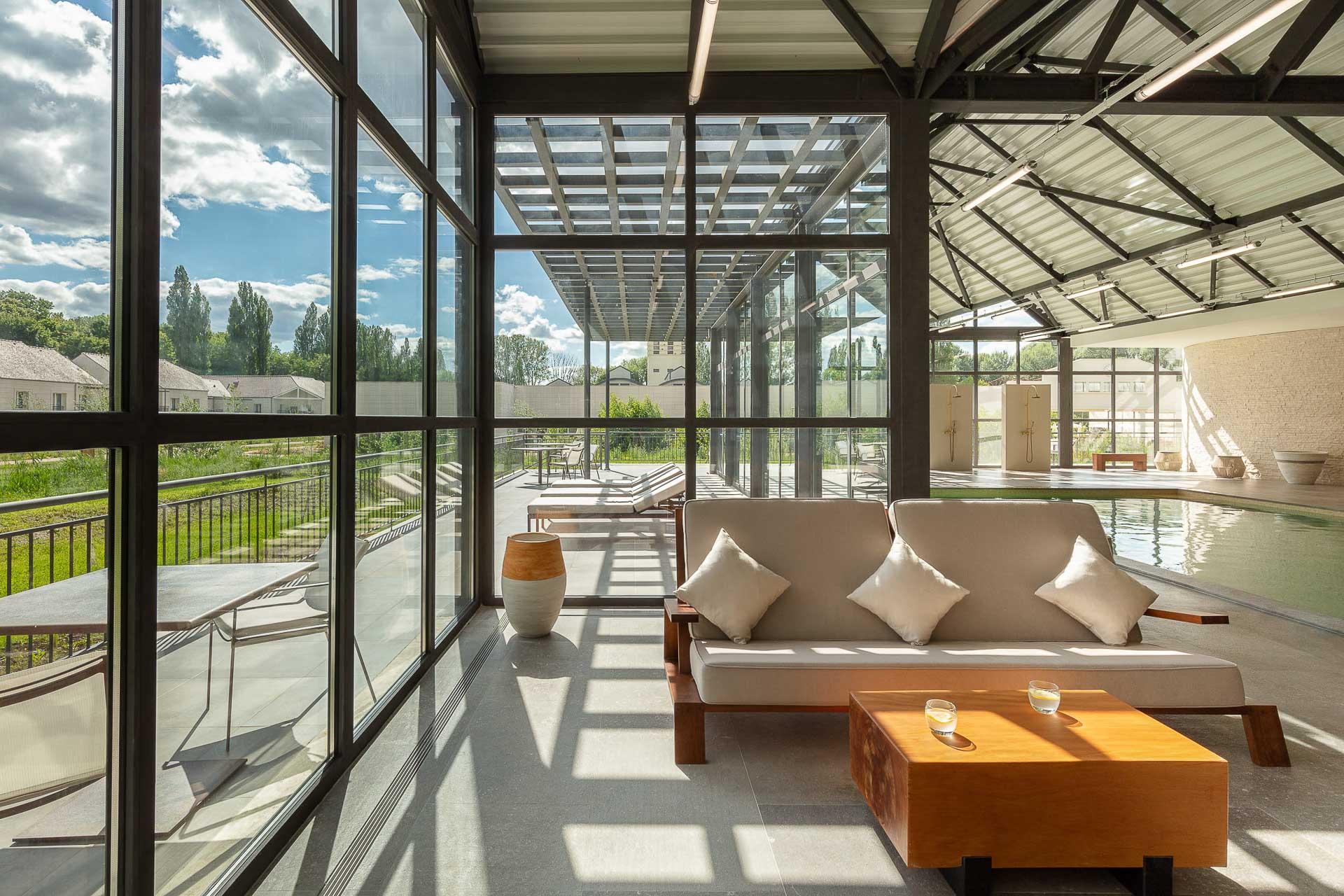 Cinq salles de soins, un hammam, un solarium, un sauna biologique (40-60°C) et un sauna traditionnel (jusqu'à 80°C),un grand salon de relaxation et une piscine intérieure chauffée équipent les lieux