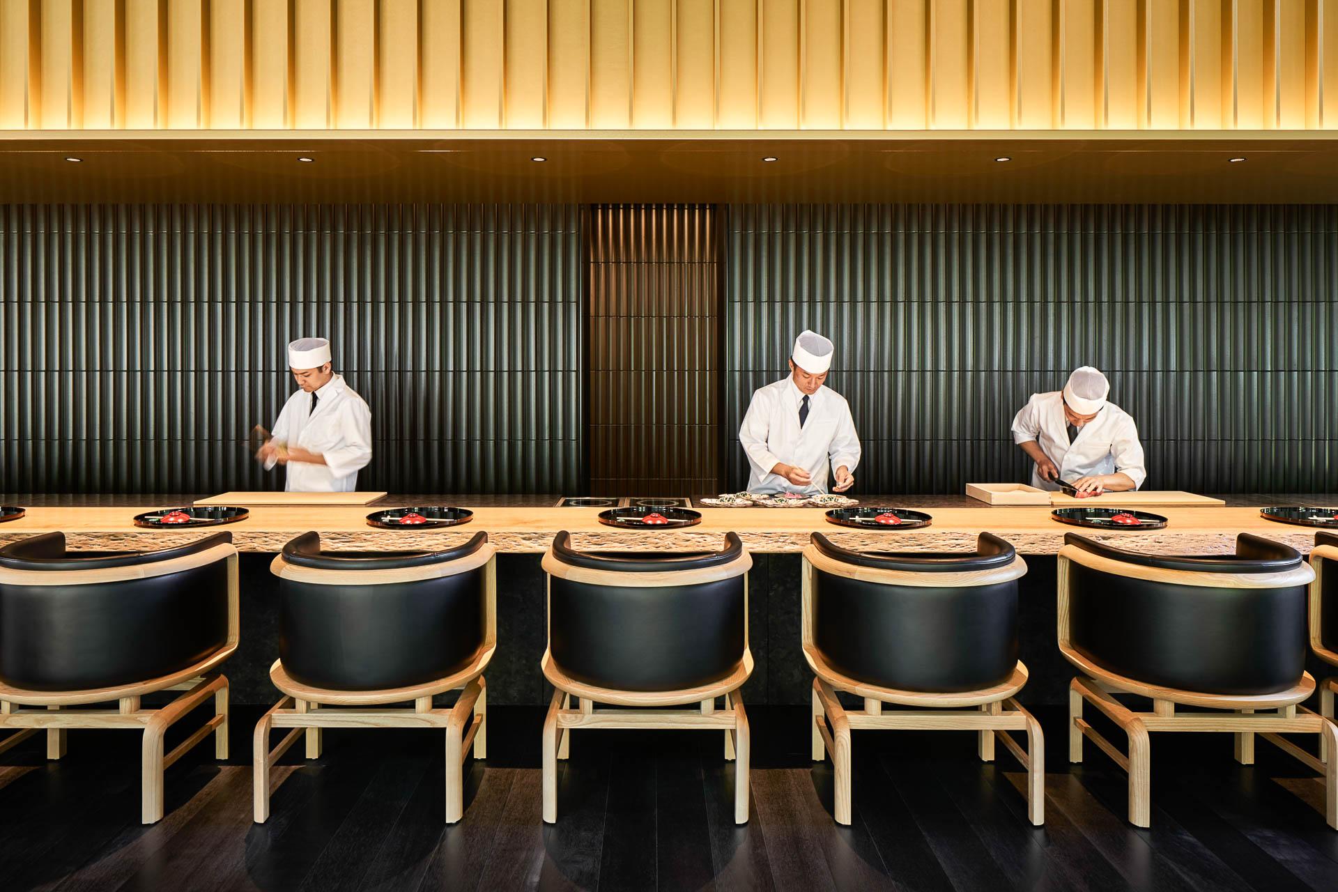 Au restaurant japonaisTaka-an, le chef prépare une cuisine gastronomique confectionnée à partir de produits locaux saisonniers