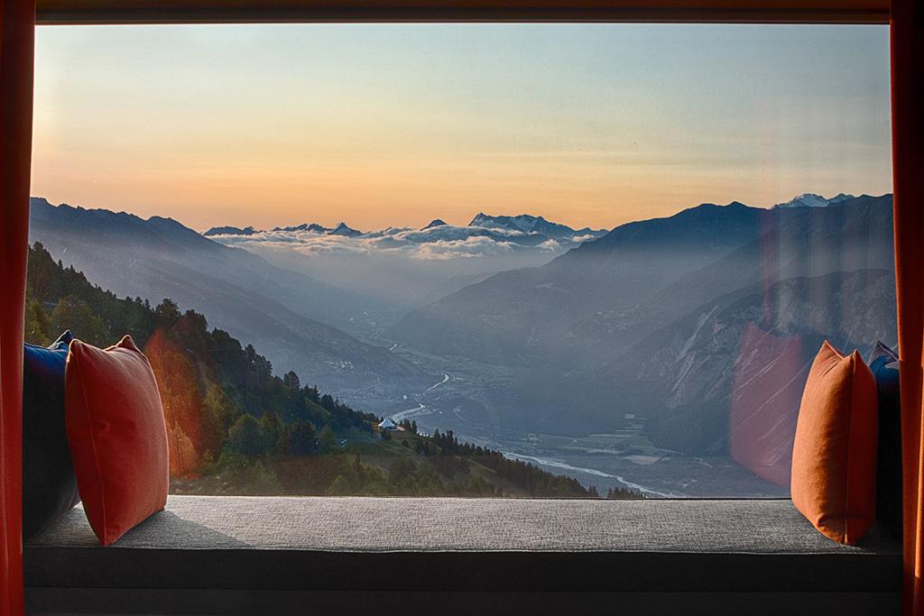 On retrouve dans les chambres des vues à couper le souffle sur les montagnes alentours