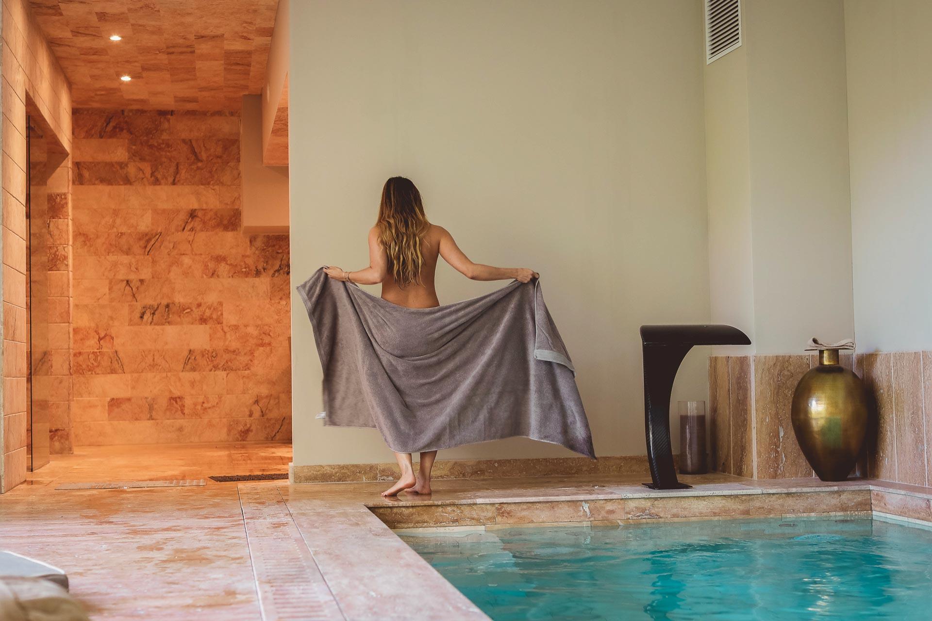 Côté bien-être, l'hôtel peut compter sur un Spa de 350 m2 avec 4 cabines de soin, un sauna, un hammam, un jacuzzi et une piscine intérieure