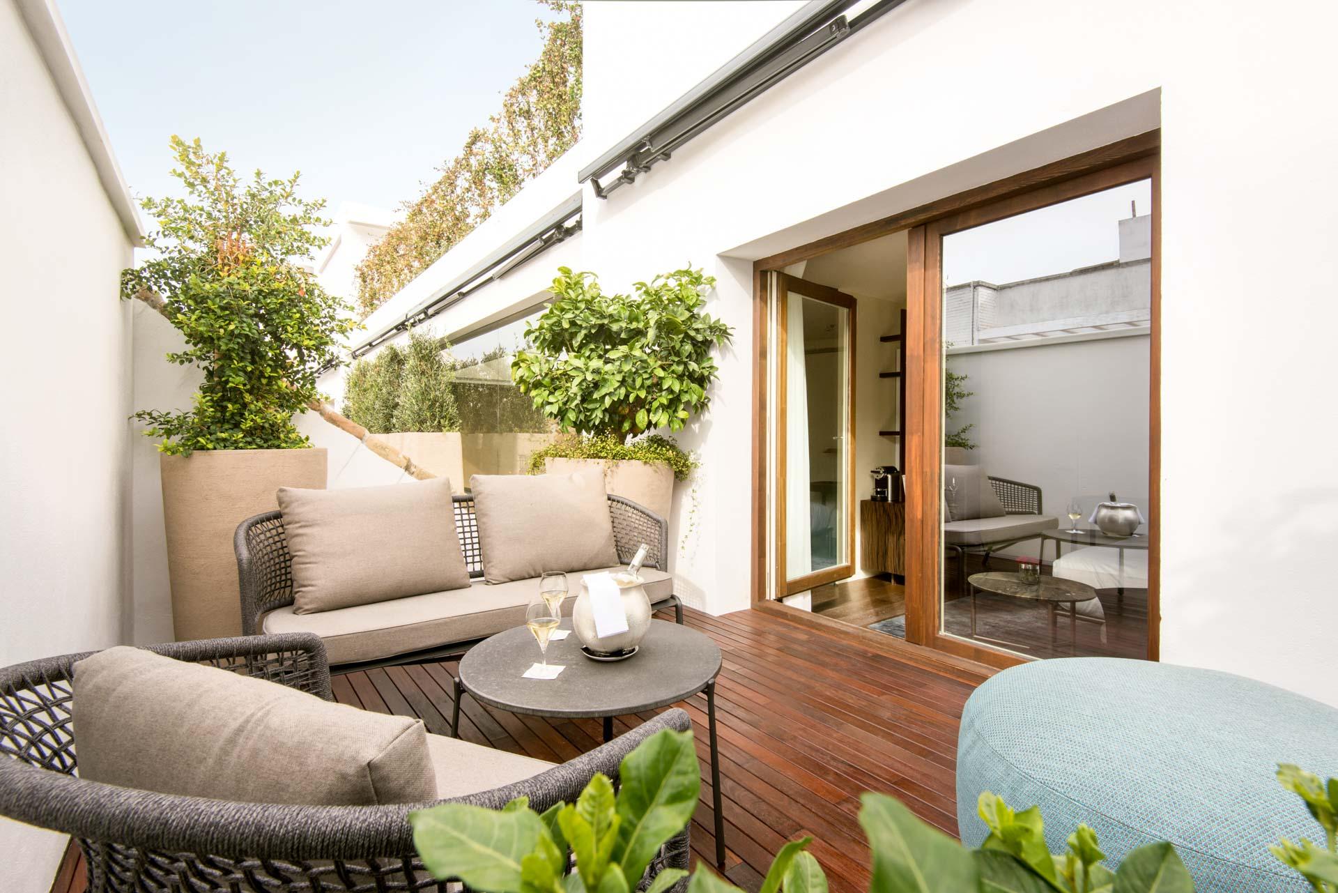 Certaines des chambres offrent même le luxe de terrasses privées, en plein Séville