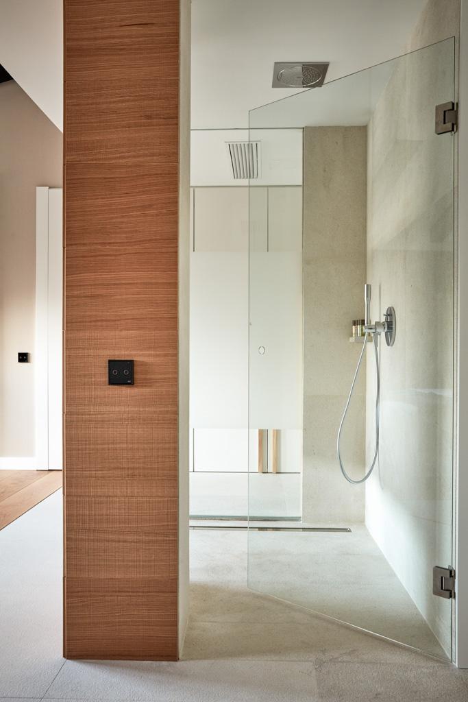 ... faisant le lien entre la chambre et la vaste salle de bain
