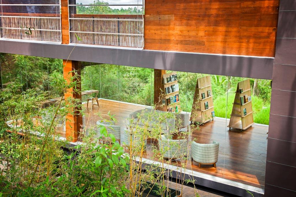 Une grande librairie vitrée permet de profiter d'un environnement spectaculaire pour lire