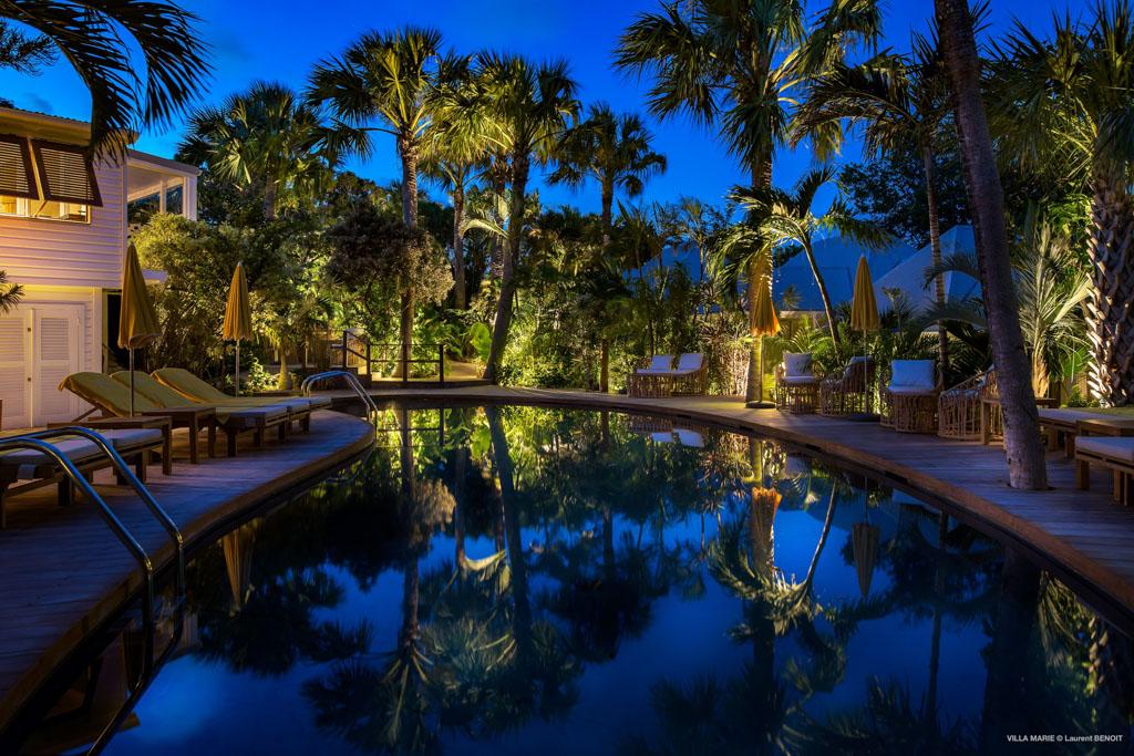 Une piscine extérieure, pour ceux qui ne souhaiteraient pas profiter de la plage, est nichée au cœur du jardin tropical de l'hôtel