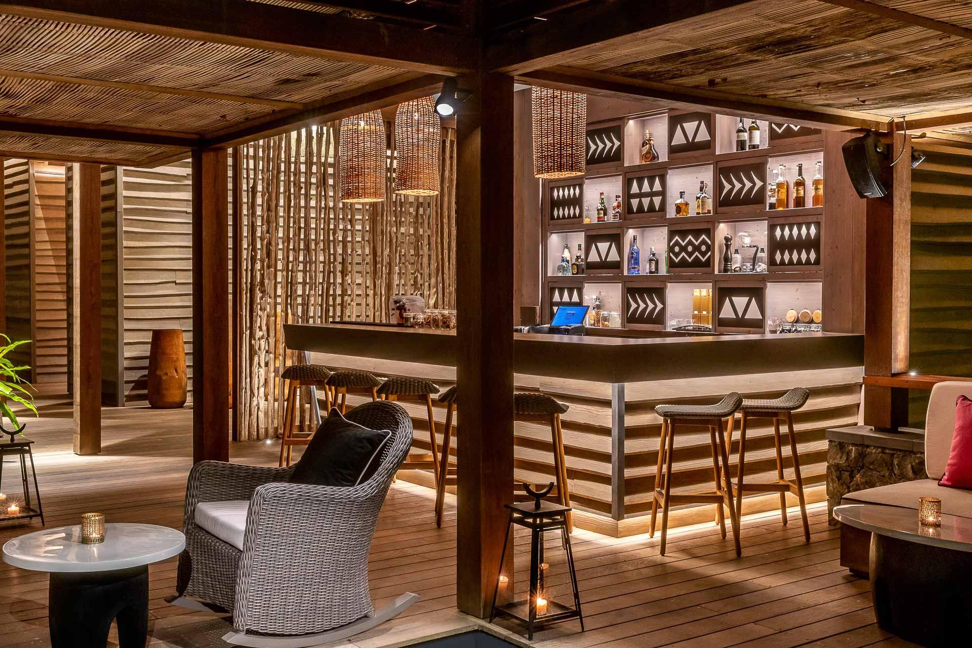 Le soir venu, un bar à cocktails subtilement éclairé attend les hôtes du Sundy Praia