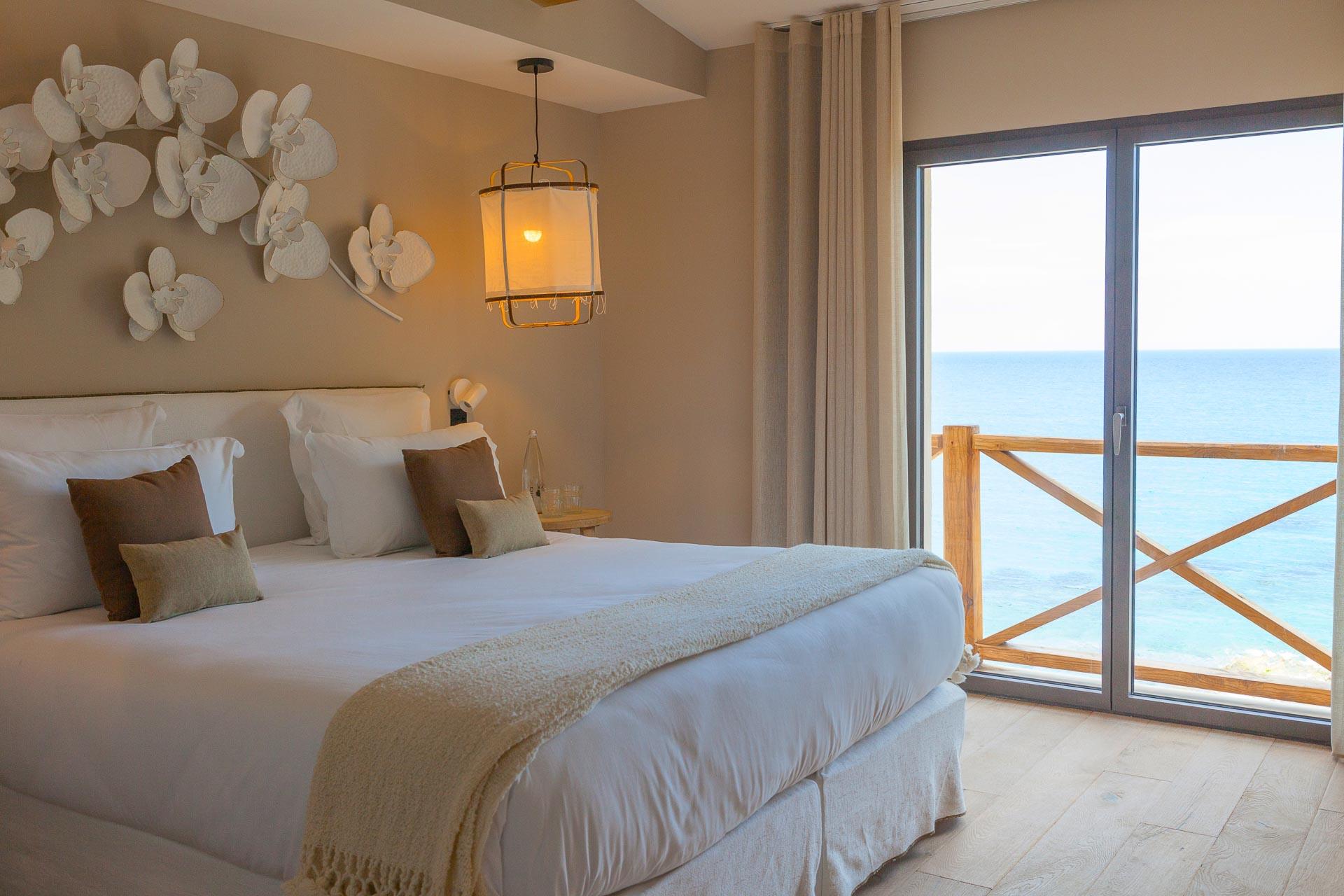 Face à la mer, la villa s'étend sur près de 200 mètres carrés de surface