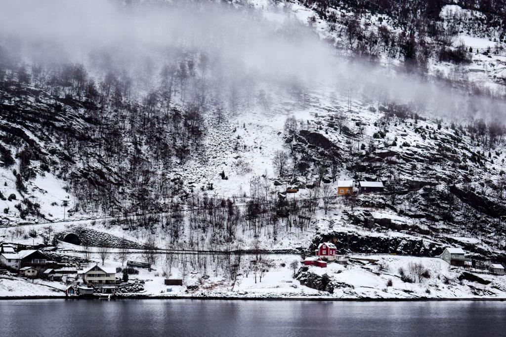 ... alors que les paysages sont toujours aussi grandioses, de part et d'autre du fjord