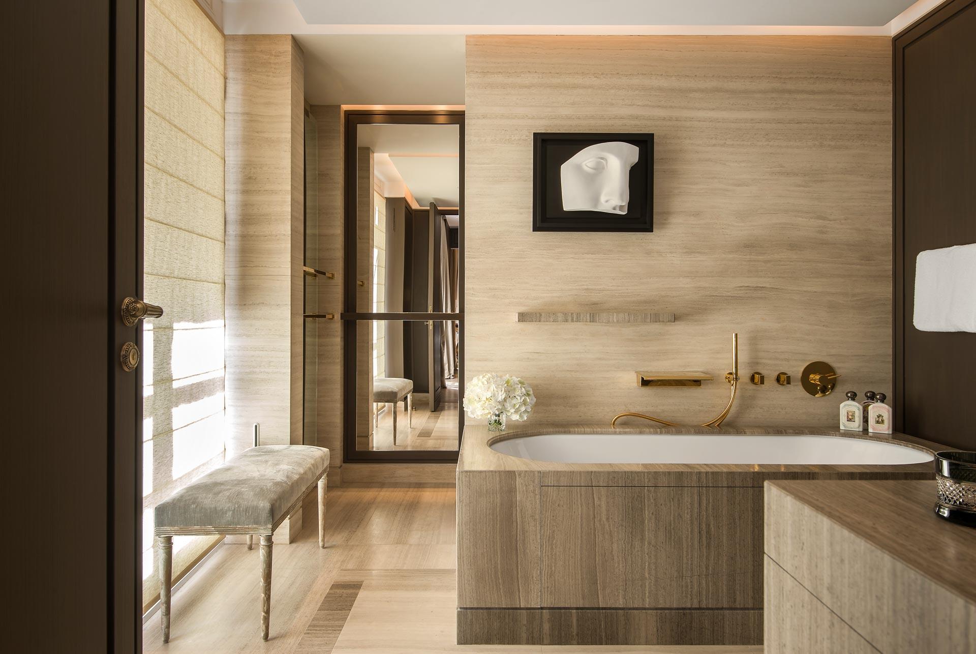 ... et contrastent avec l'élégance toute contemporaine de la chambre et de la salle de bain