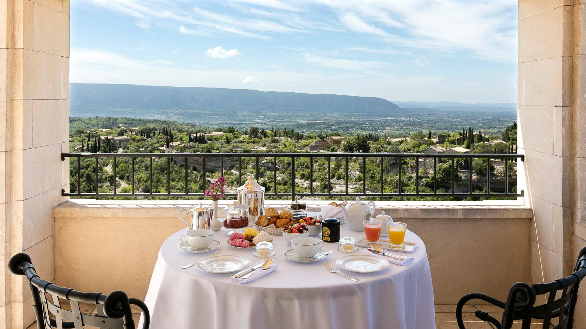 Petit-déjeuner sur la terrasse de la suite Duc de Soubise.