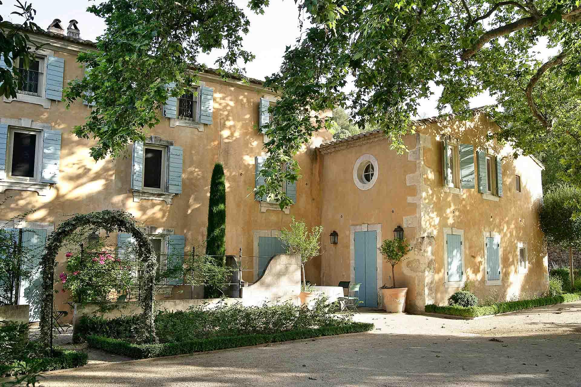 Le charme d'une placette de village typiquement provençale. © L. Parrault