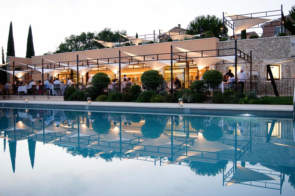Coquillade Village : la piscine au crépuscule.