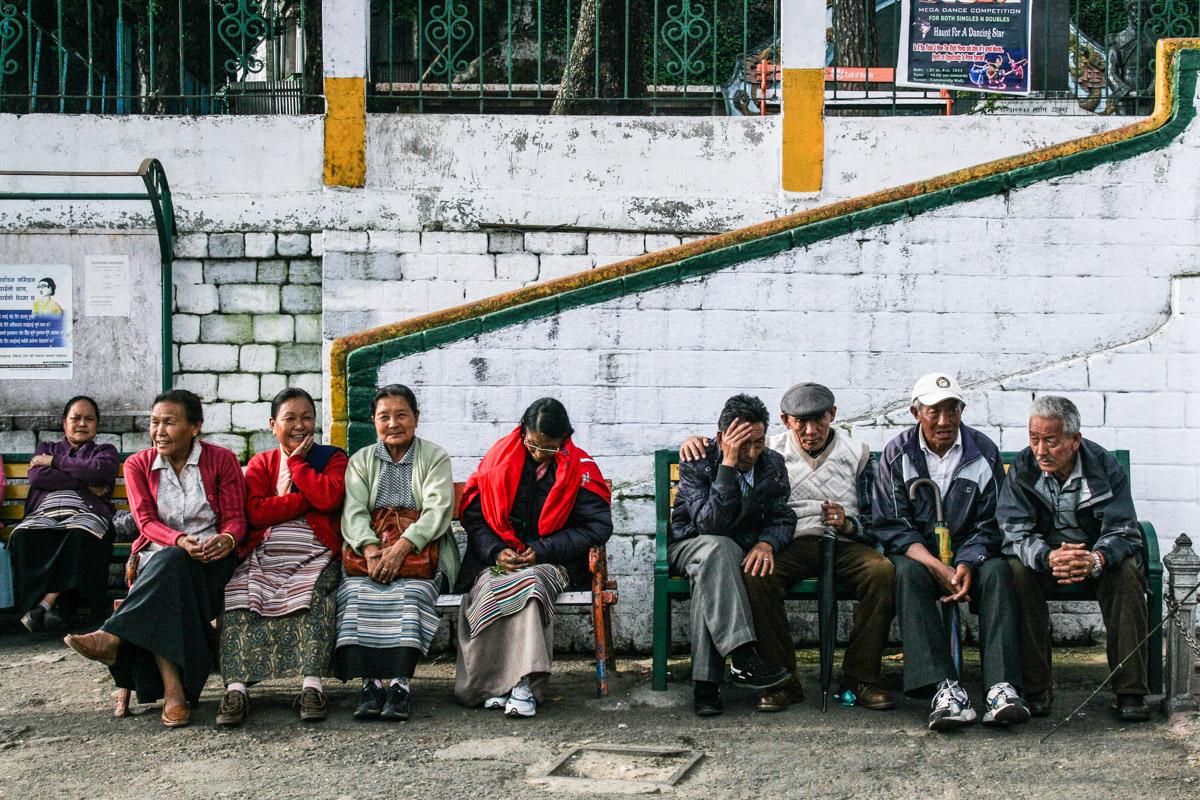 Habitants installés sur les bancs réservés aux personnes âgés dans le centre-ville de Darjeeling | © Marion Brun