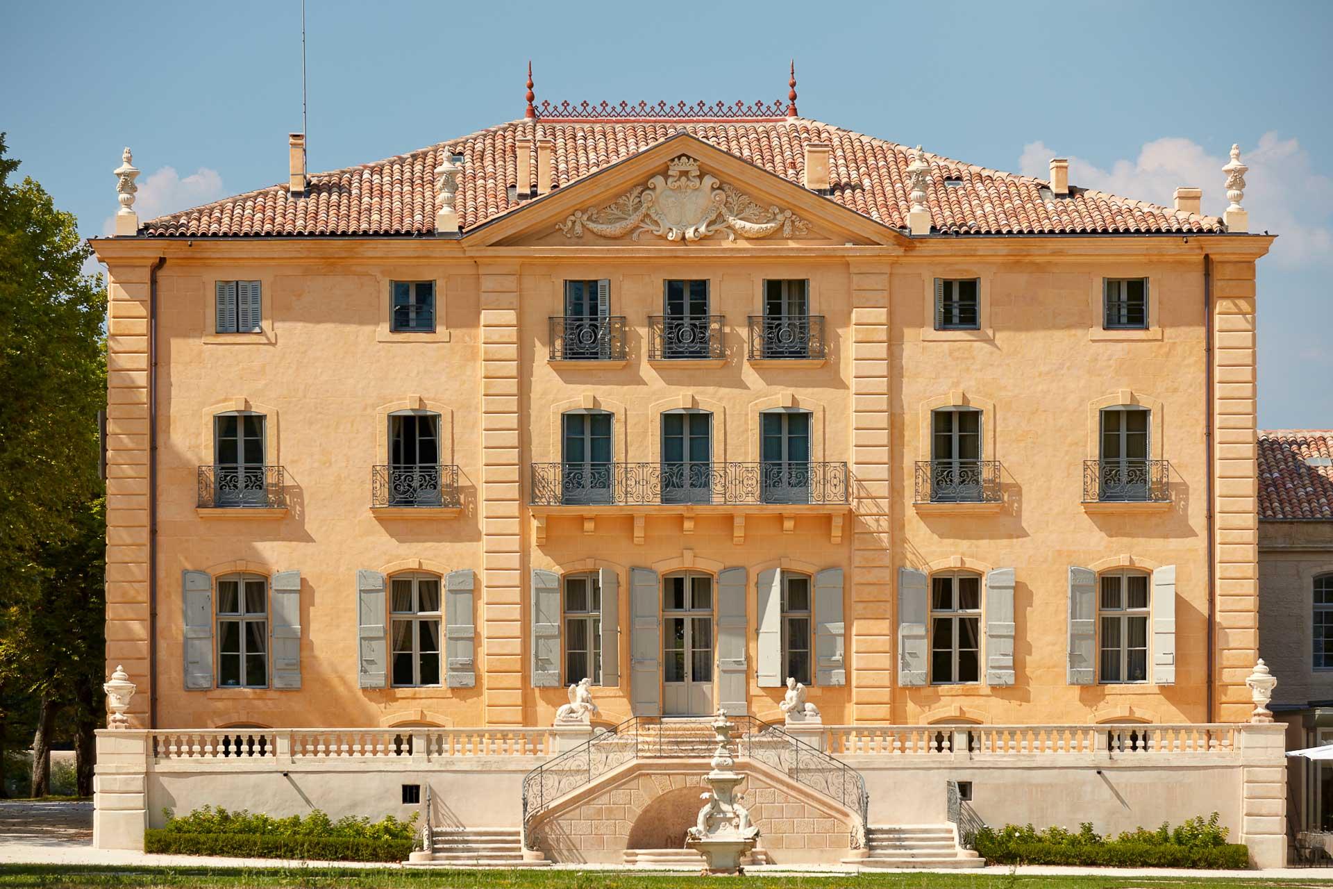 La façade historique du Château de Fonscolombe.