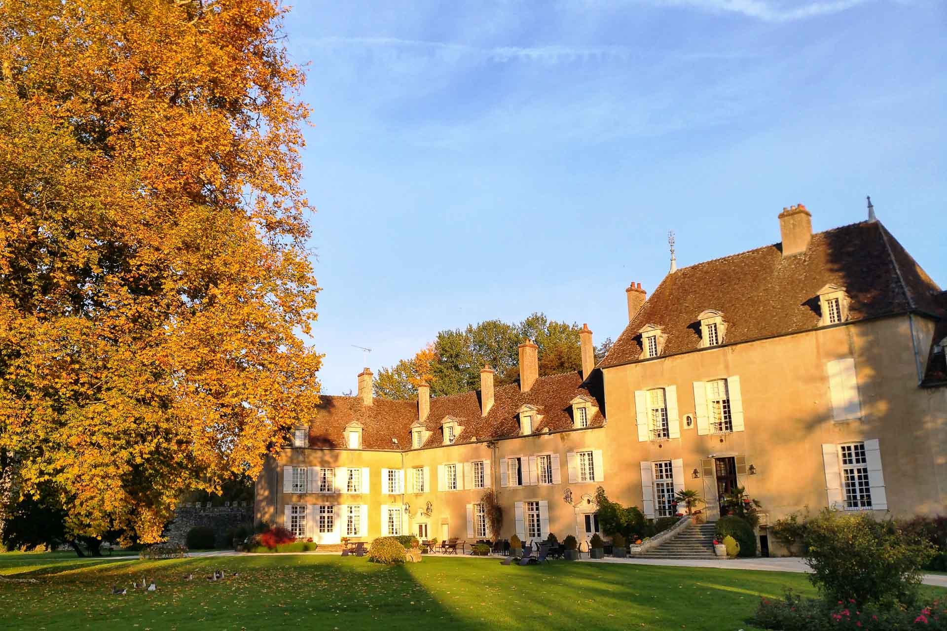 Le Château de Vault de Lugny à l'automne.