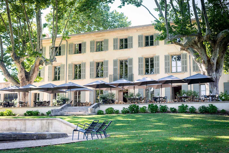 Le Domaine de Fontenille : vue extérieure terrasse et piscine.