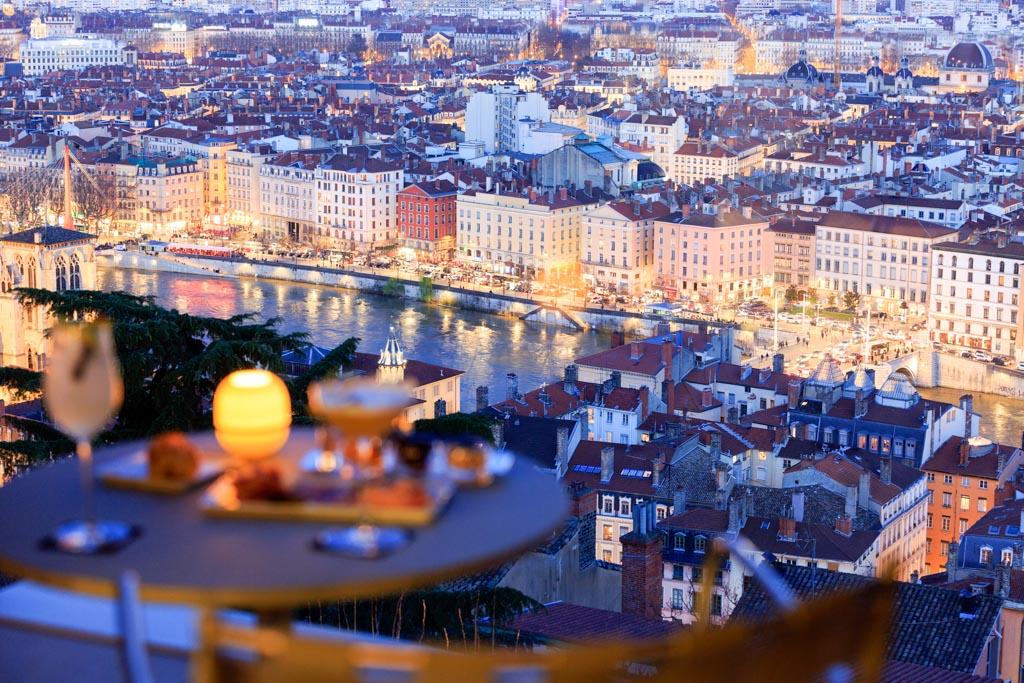 Les vues panoramiques spectaculaires sur Lyon sont en effet l'une des signatures de Villa Maïa