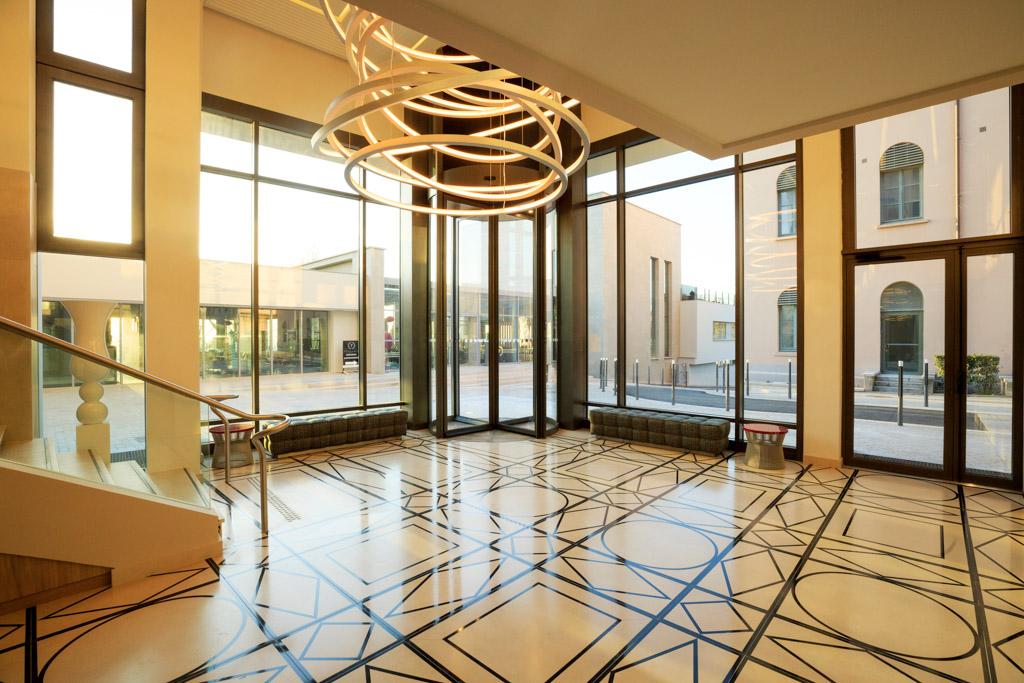 Les intérieurs de l'hôtel sont quant à eux sortis de l'imagination de Jacques Grange, architecte d'intérieur parisien à la renommée mondiale