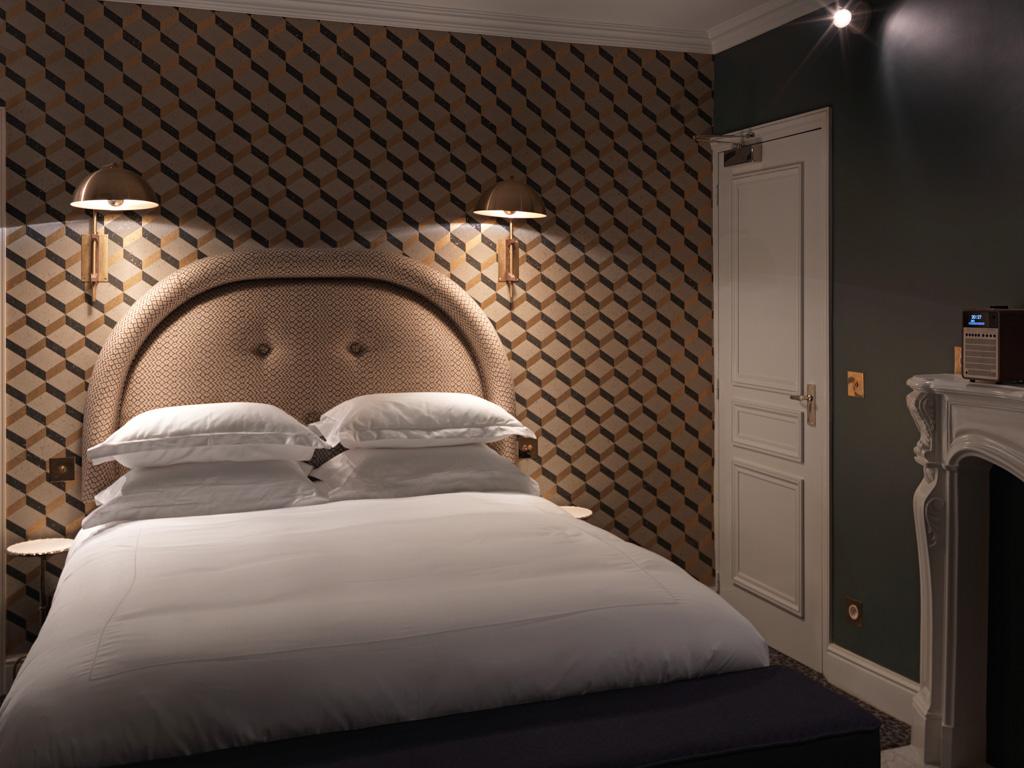 Têtes de lit en tissu, literie luxueuse (dont des draps en satin), éclairage tamisé : les chambres du Grand Pigalle sont très confortables