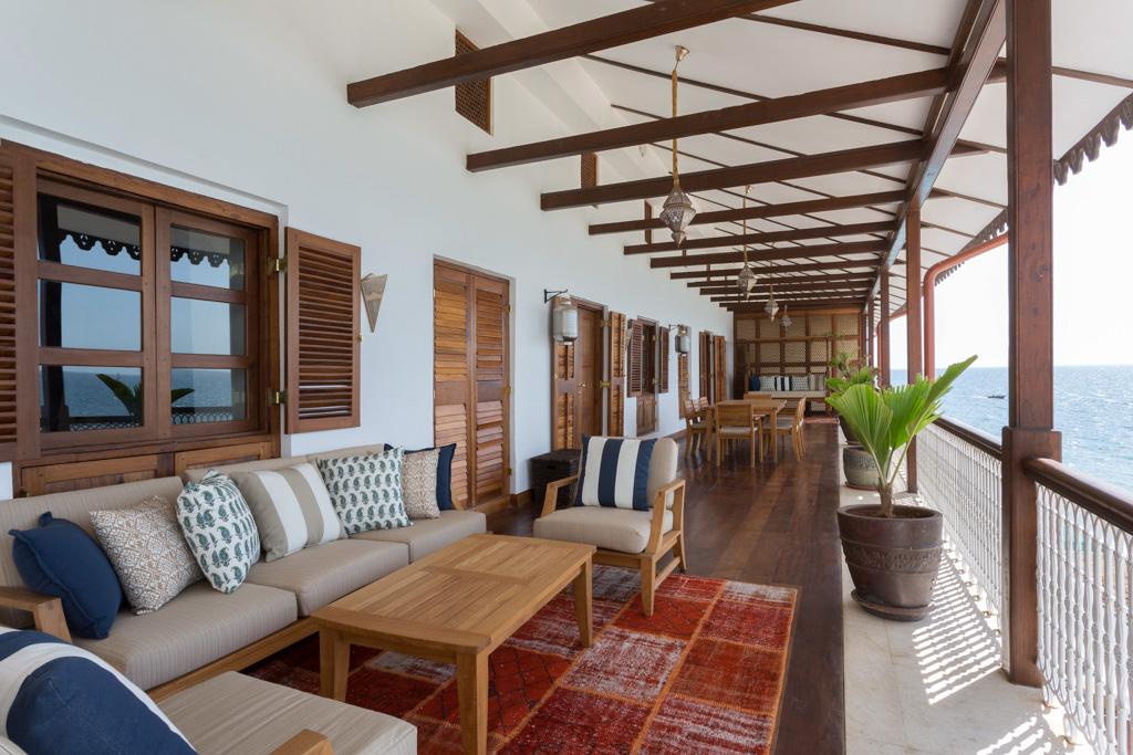 La Bahari Terrace Suite offre une immense terrasse de style colonial dominant l'Océan Indien