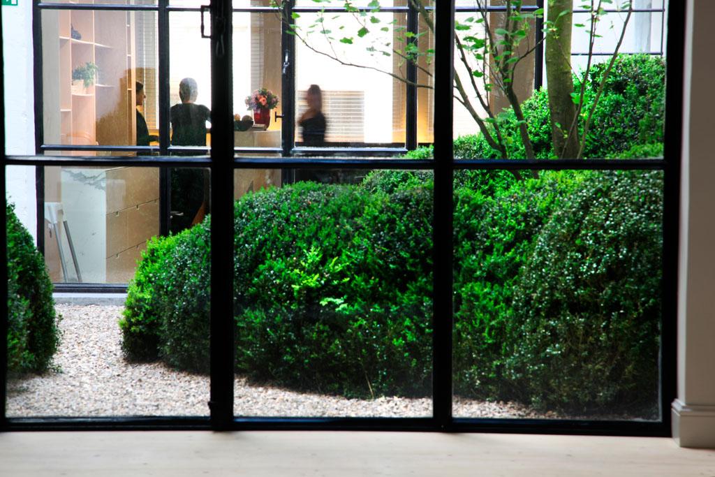 Un très beau patio, au coeur de l'hôtel, s'ouvre vers la réception et un coin lounge avec cheminée