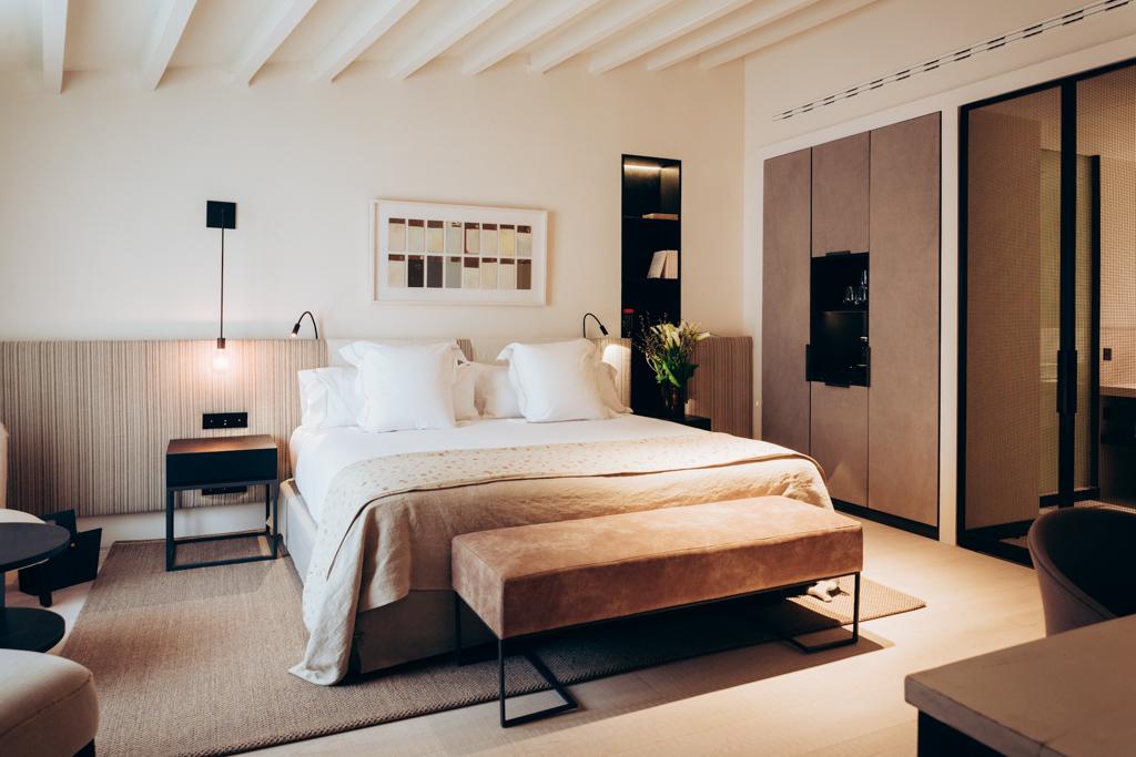 Tons clairs et grande sobriété dans les chambres : le Sant Francesc décline un design contemporain d'une grande élégance