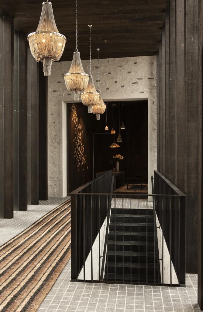 Les intérieurs offrent aux golfeurs une atmosphère contemporaine et chaleureuse, comme ici dans le salon principal ou dans les couloirs