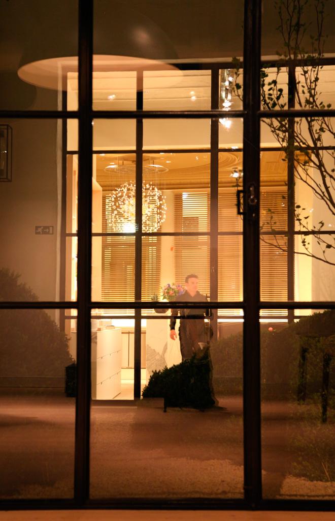 La nuit, ce même espace lounge est parfaitement éclairé