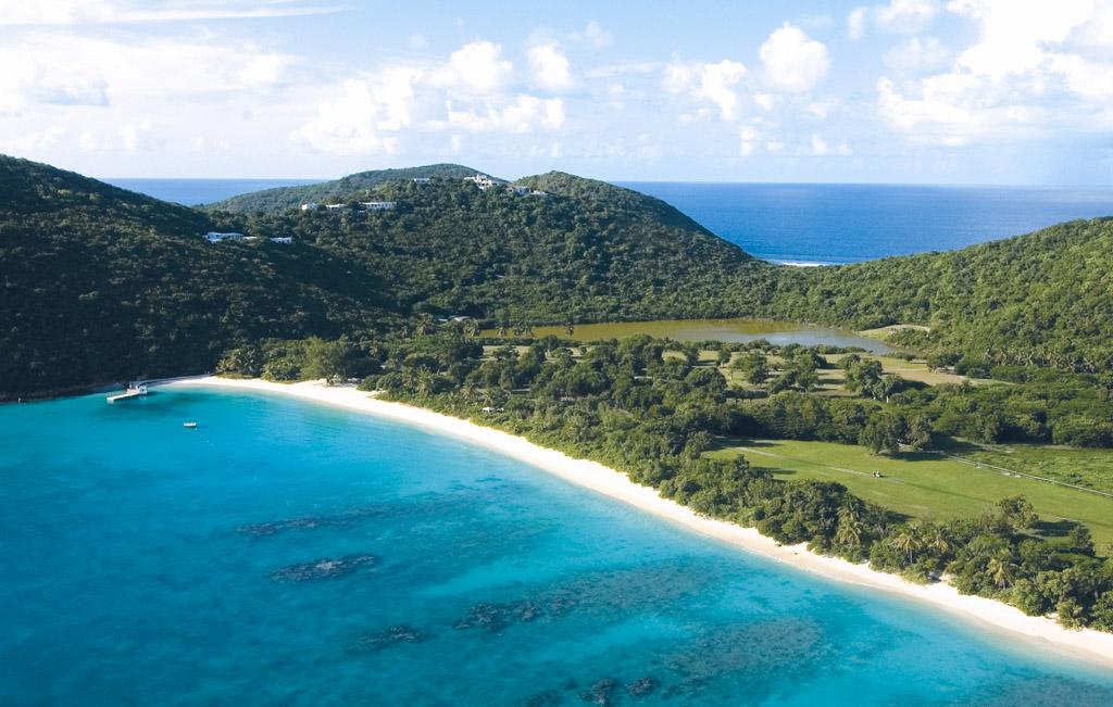 L'île est notamment réputée pour ses plages paradisiaques, dont la White Bay que l'on aperçoit ici