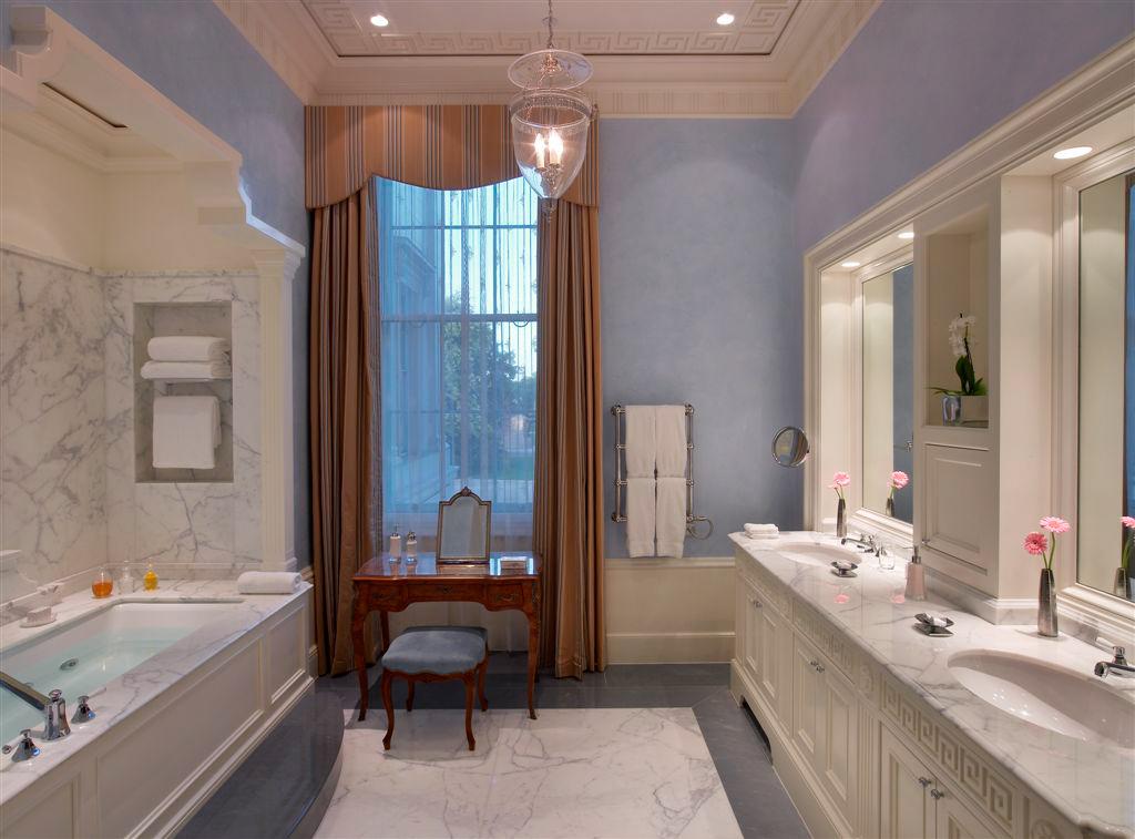 De superbes salles de bain sont à la disposition des hôtes du Lanesborough