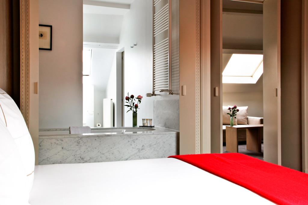 Dans les chambres, décor moderne sobre et salles de bain ouvertes
