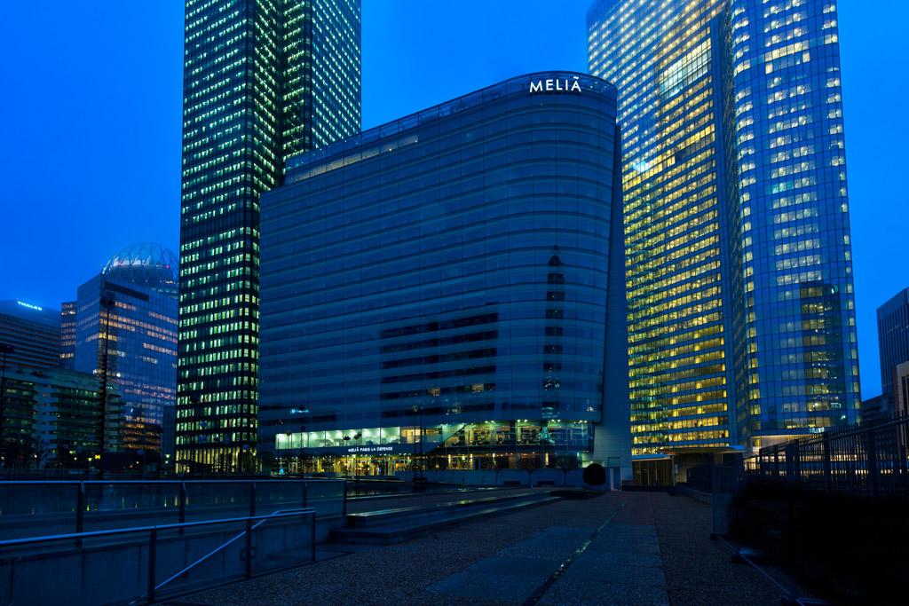"""L'hôtel de 19 étages, """"accroché"""" en lisière de l'Esplanade de la Défense, à deux pas des tours du quartier"""