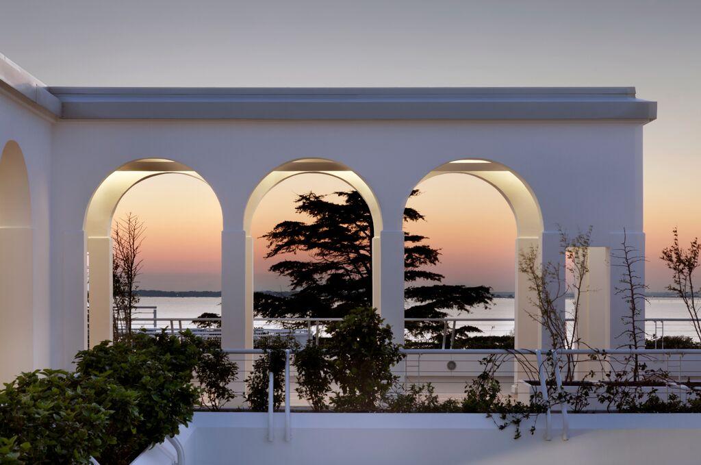 A deux pas de la piscine, un bar, spot idéal pour le coucher de soleil
