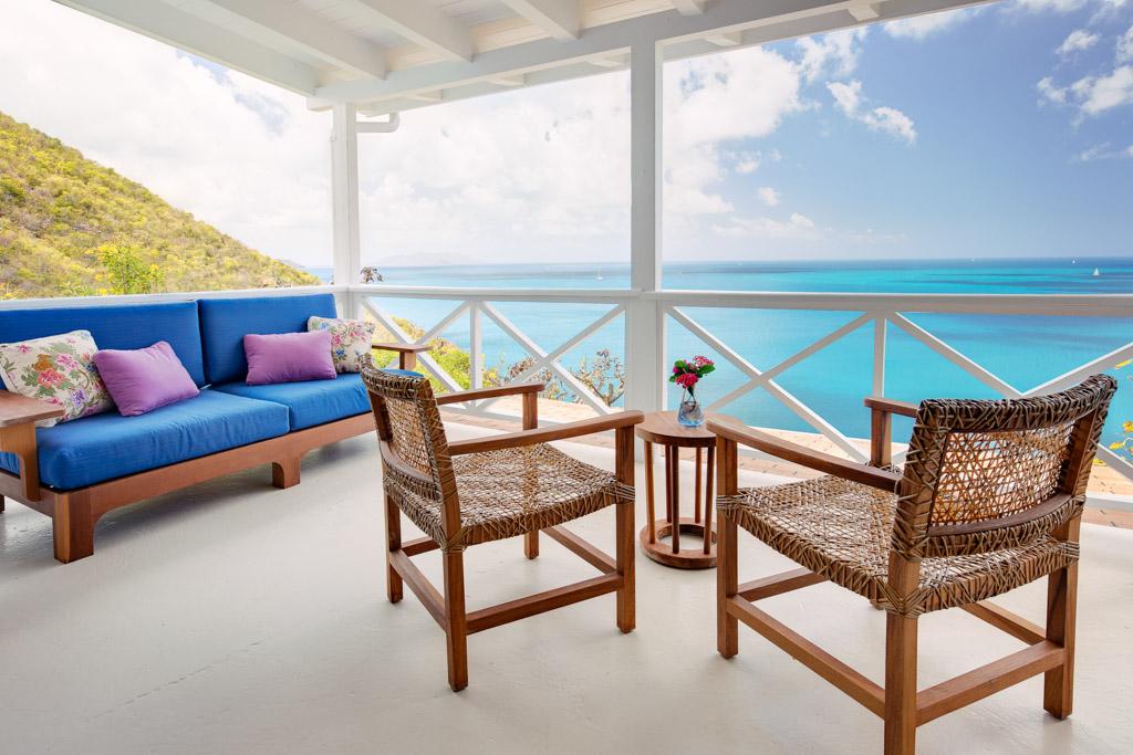 Les chanceux qui ont le plaisir de séjourner sur l'île peuvent profiter de vues splendides sur la mer
