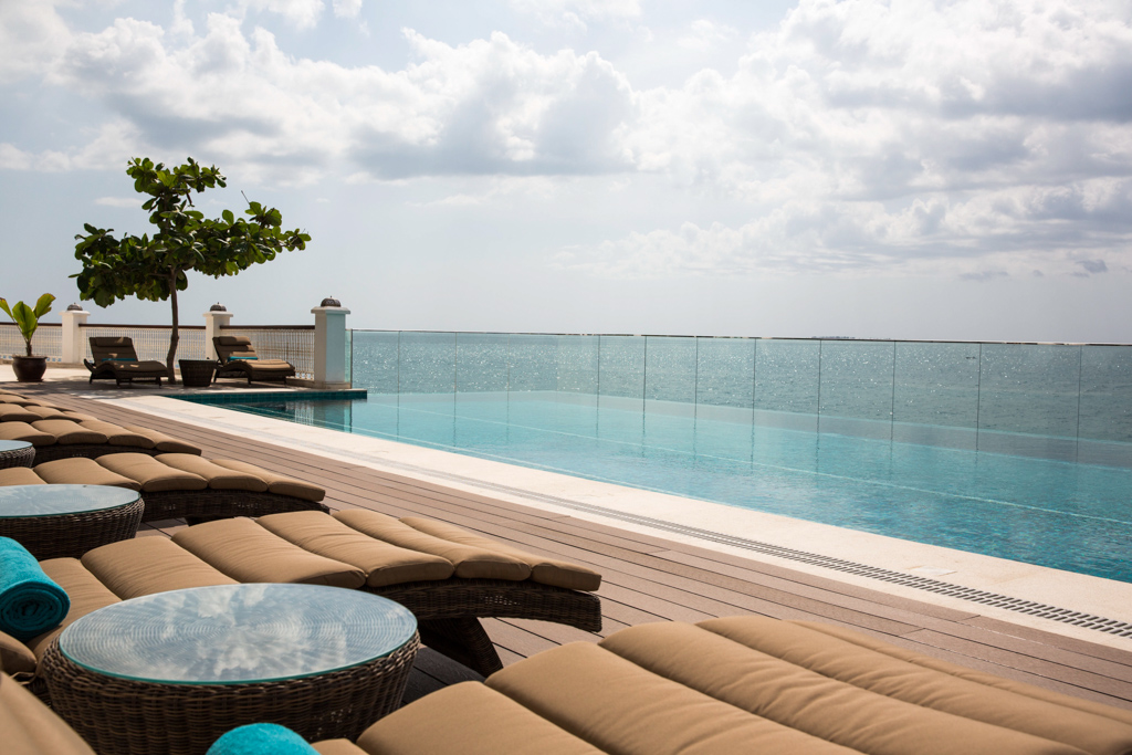 Le Park Hyatt Zanzibar dispose d'une piscine infinity surplombant la mer et l'océan