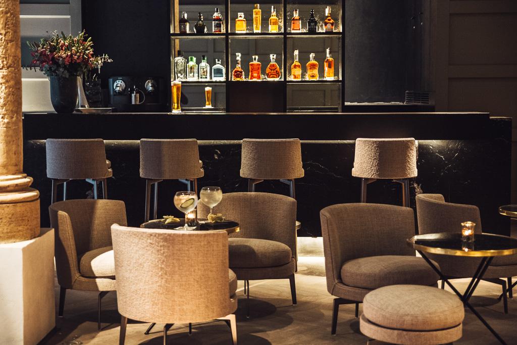 Le bar, un vaste espace aux lignes contemporaines