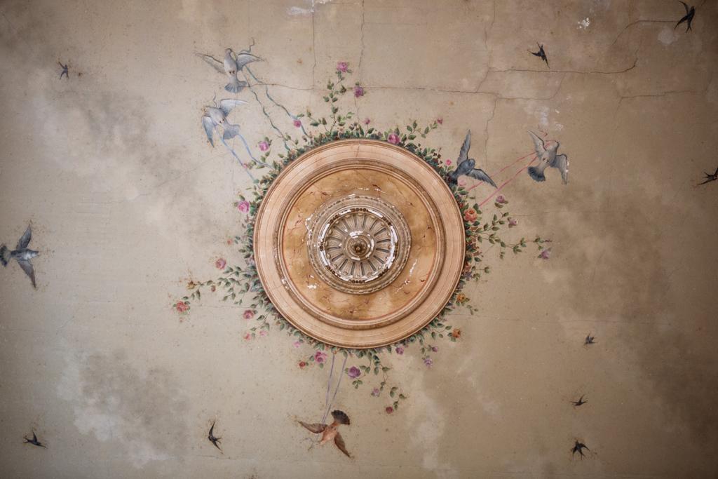 Clin d'œil à l'histoire de la bâtisse, des plafonds d'époque ont été restaurés pour retrouver leur gloire passée