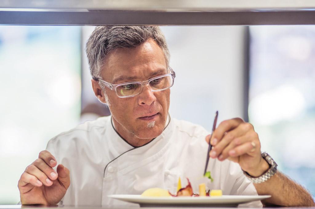 Le chef étoilé Marcus Lindner en action    © The Alpina Gstaad