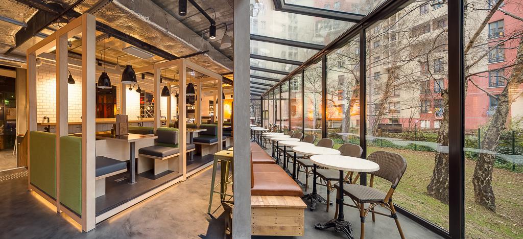 Generator Paris - Le restaurant de l'hostel s'ouvre sous une véranda