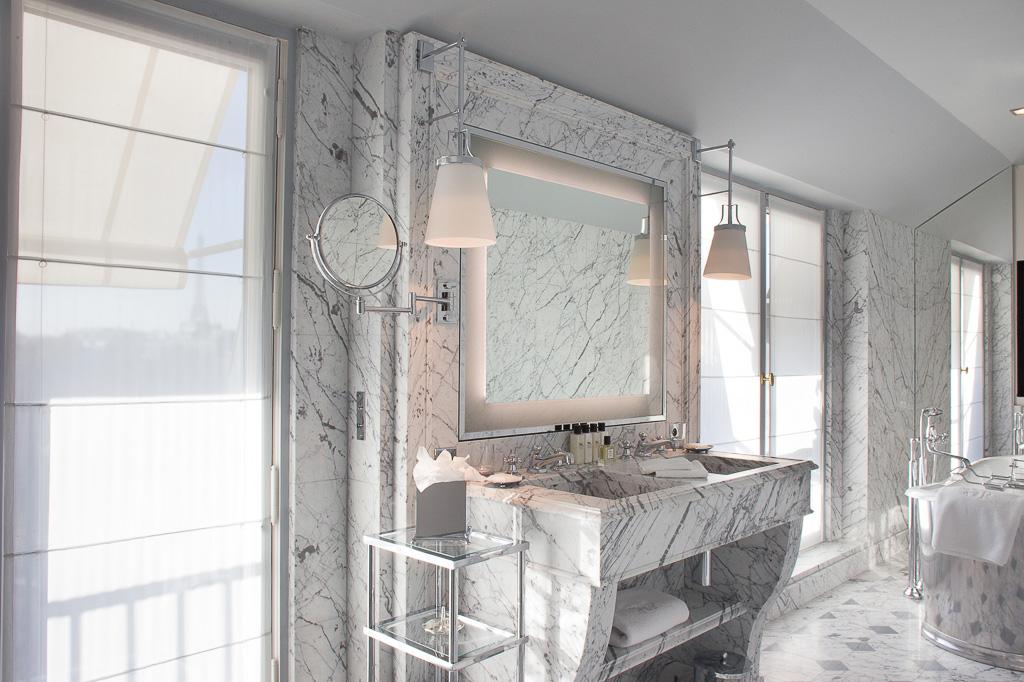 La Réserve Paris - Salle de bain avec vue