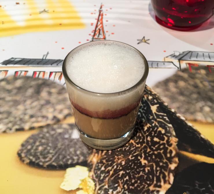 L'amuse-bouche de ce déjeuner : royal de foie gras, cappuccino de parmesan au porto.