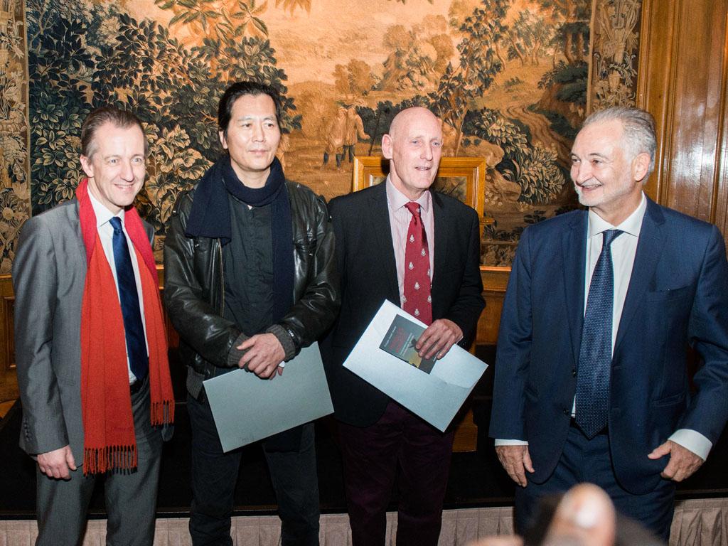 Les deux lauréats du Prix Bristol des Lumières 2015, accompagnés de Jacques Attali et Christophe Barbier, deux des membres du jury.