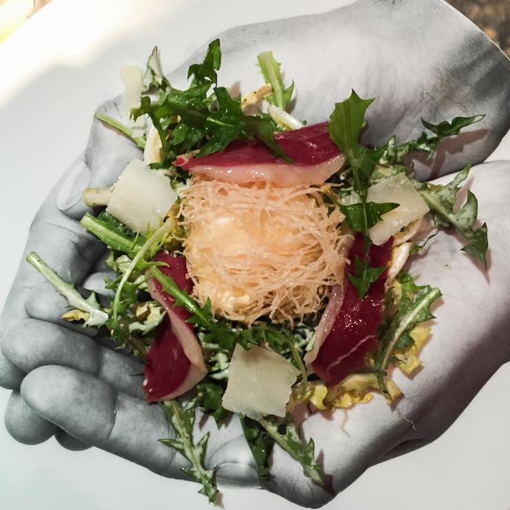 L'œuf de Poule mollet et friand, salade de pissenlit au magret de canard fumé : une entrée gourmande et superbement exécutée.