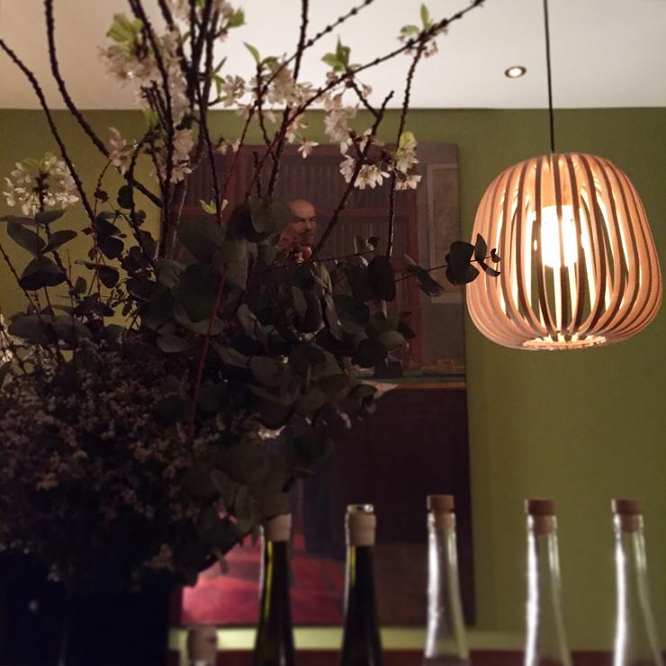 Tableaux, fleurs et lumière tamisée : la déco typique de Ratapoil