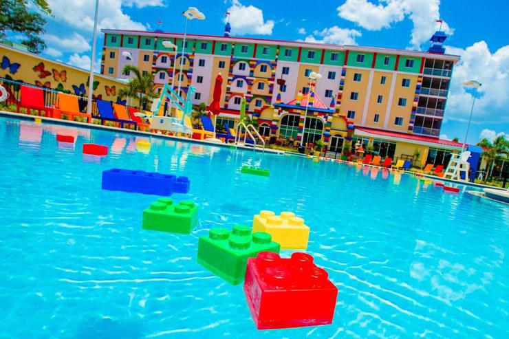 L'hôtel Lego vient d'ouvrir ses portes en Floride - La piscine de l'hôtel Lego