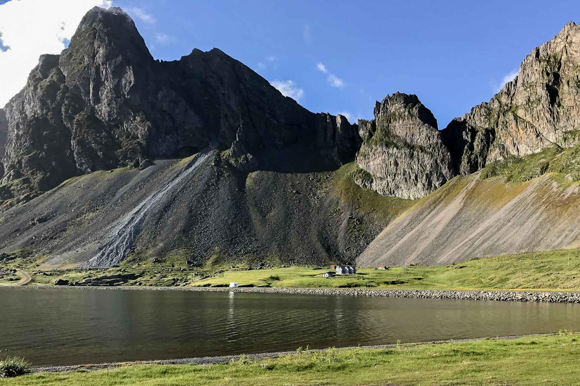 a Montagne Eystrahorn est à l'angle de la lagune de Lón © Six Senses