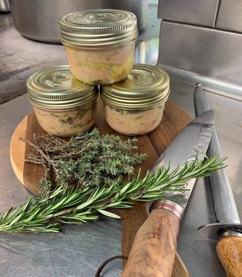Préparation des terrines de foie gras en livraison