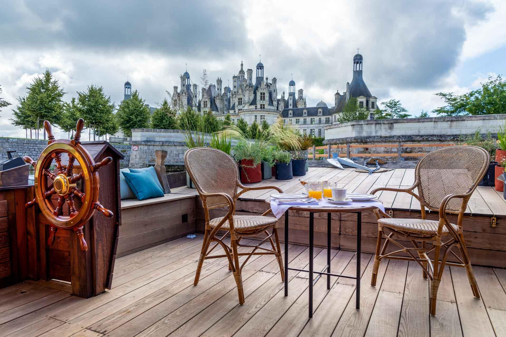 Toue cabane Relais de Chambord - terrasse © DR