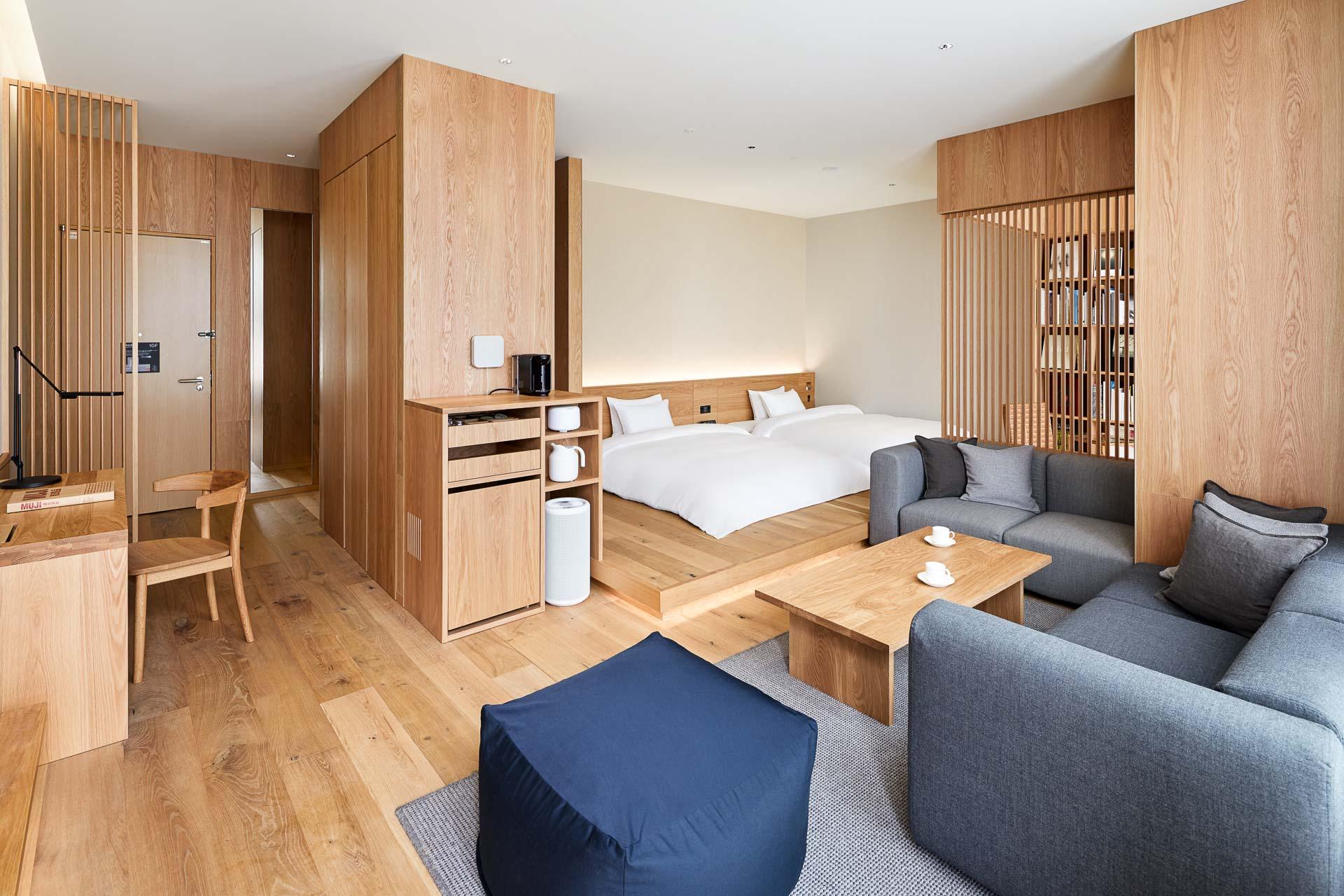 Le premier hôtel MUJI au Japon a ouvert ses portes en avril à Tokyo, dans le quartier chic et commerçant de Ginza. Qualité, fonctionnalité et minimalisme sont conjugués dans les 79 chambres allant de l'alcôve tout confort à la suite. La visite en images.