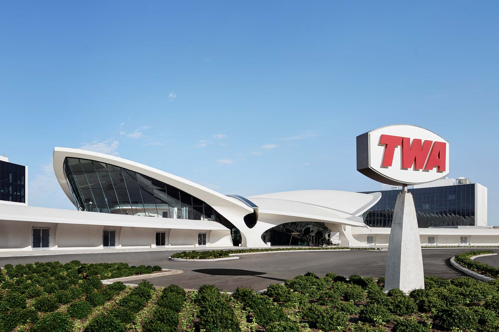 Un hôtel hors norme investit l'ancien terminal de la compagnie TWA, conçu par l'architecte Eero Saarinen au début des années 1960  à l'aéroport John F. Kennedy (JFK) de New York. Espaces démesurés, design vintage et vues sur le tarmac, en font l'un des plus incroyables hôtels d'aéroport du monde.